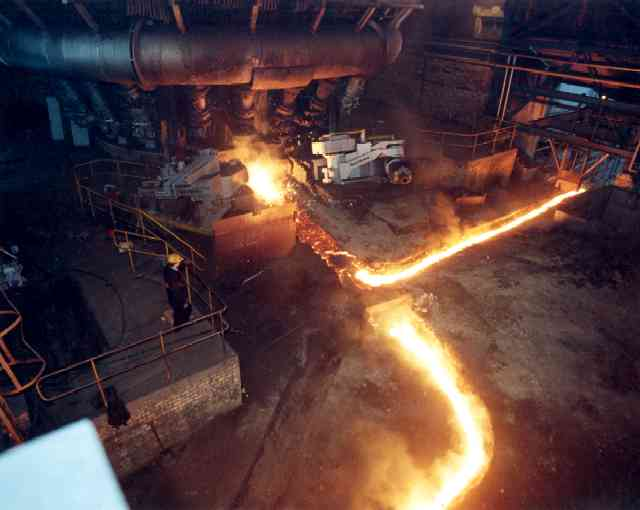 Ravenscraig - Last Shift, 1992 (taken from the same view point - note the use of safety equipment and the inclusion of an elevated platform away from the molten metal)        © Unknown - see B Hall